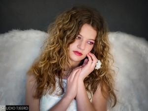 Attributen kunnen een foto nét dat beetje extra geven. Hier Esmée met grote engelenvleugels.