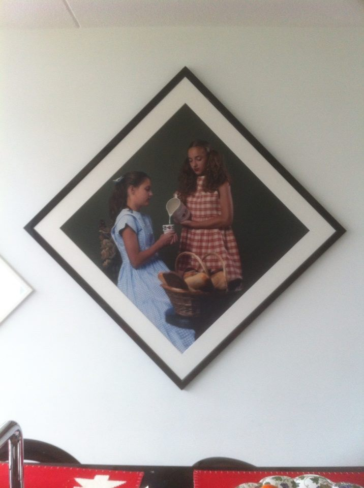 De foto van de melkmeisjes hangt in de keuken!